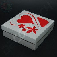 Коробка 180(150)*180(150)*50 мм с узором сердце+цветы на крышке, без разделителей